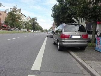 Radstreifen, die von Fahrzeugen zugeparkt werden, zwingen Radfahrer zum Ausweichen auf die Fahrbahn und zum Einordnen in den fließenden und schnelleren Straßen-Verkehr.