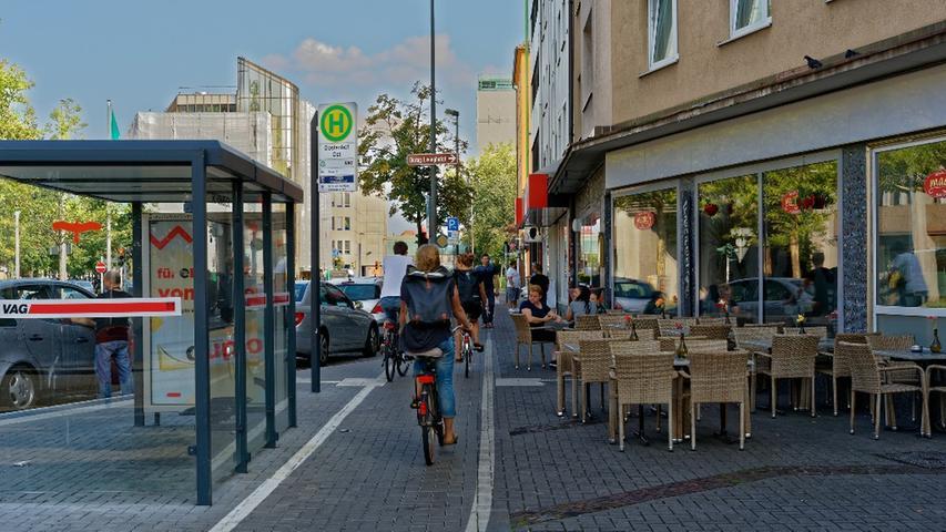 Wenn ein Radweg dadurch entsteht, dass auf einem Gehweg lediglich ein Radweg abmarkiert wird, dann ist in vielen Fällen für Radfahrer und Fußgänger der Platz nicht ausreichend. Wenn noch die Außenbestuhlung einer Gastronomie dazukommt, wie hier in der Fürther Straße, dann wird es gefährlich eng.