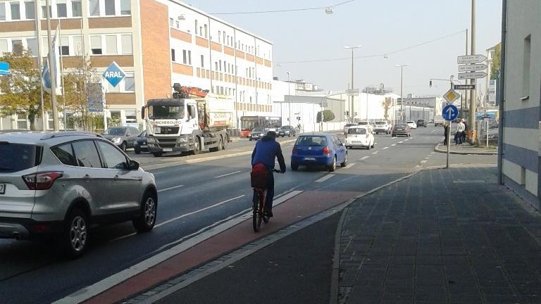 Noch immer gibt es Hauptverkehrsstraßen in Nürnberg, die keine Radwege haben. Wie hier in der Frankenstraße endet der Radweg einfach in der Kfz-Rechtsabbiegespur auf der Fahrbahn.