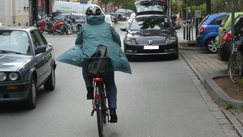 Zweite-Reihe-Parker, wie hier in der Humboldtstraße, behindern und gefährden. Sie versperren die Sicht, zwingen zu Ausweichmanövern und führen zu Problemen mit entgegenkommendem Verkehr.