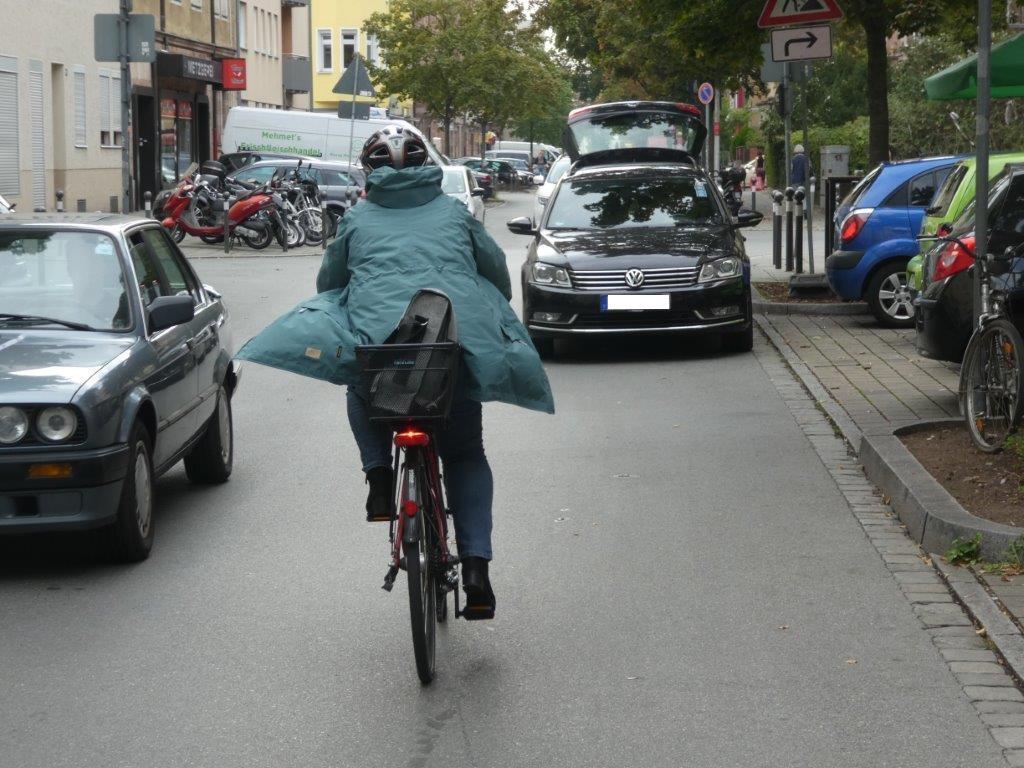2. Reihe-Parker wie hier in der Humboldtstraße behindern und gefährden: Sie versperren die Sicht, zwingen zu Ausweichmanövern und führen zu Problemen mit entgegenkommendem Verkehr.