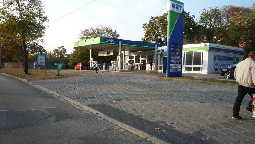 Auf dem Radweg an der Regensburger Straße im Bereich der OMV-Tankstelle ist für ein- und ausfahrende Autofahrer nicht erkennbar, dass hier Radfahrer in beiden Richtungen kreuzen...