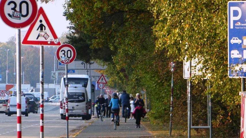 Auf dem Zweirichtungsradweg entlang der Großen Straße stehen insgesamt neun Verkehrsschilder direkt in der Fahrspur der stadtauswärts fahrenden Radfahrer. Hier gilt es jeweils auszuweichen, weit genug in die Mitte des Radweges zu wechseln und dabei aufzupassen, nicht mit entgegenkommenden Fußgängern, Radfahrern (die ihrerseits Fußgänger überholen), Skatern etc. zu kollidieren.