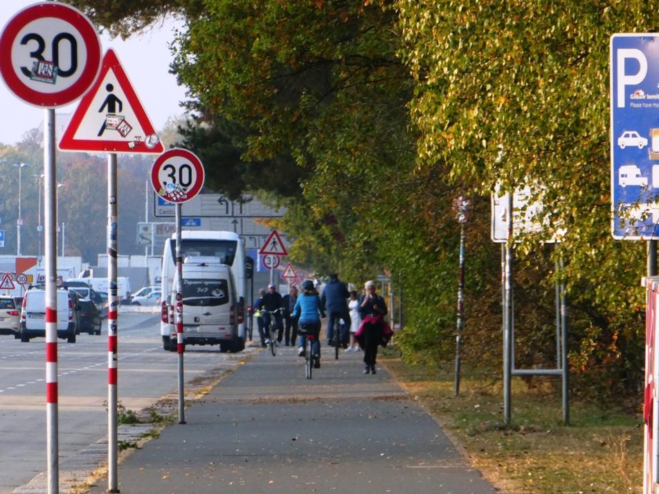 Auf dem Zweirichtungsradweg entlang der Großen Straße stehen insgesamt 9 Verkehrsschilder direkt in der Fahrspur der stadtauswärts fahrenden Radfahrer. Hier gilt es jeweils auszuweichen und weit genug in die Mitte des Radweges zu wechseln und dabei aufzupassen, nicht mit entgegenkommenden Fußgängern, Radfahrern (die ihrerseits Fußgänger überholen), Skatern etc. zu kollidieren.