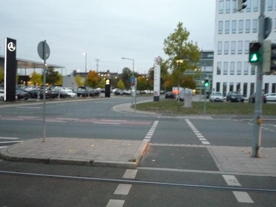 Wer von der Wöhrder Wiese in Richtung Norikus radelt, kann kurz nach der Unterführung über eine Ampel die Kressengartenstraße überqueren und auf dem Radstreifen stadtauswärts weiterradeln. Allerdings  landet man als Radler unvermutet im Gegenverkehr. Gleichzeitig mit den Fußgängern und Radfahrern erhält nämlich auch der ausfahrende Verkehr aus dem Tullnau-Areal Grün für alle Richtungen, was der Radler aber nicht vorher erkennen kann. Ohne Haltelinie oder Aufstellfläche geht die Radwegefurt über die Kressengartenstraße direkt in den rot gekennzeichneten Radweg Richtung Ostendstraße über – auch für Kfz-Lenker unerwartet!