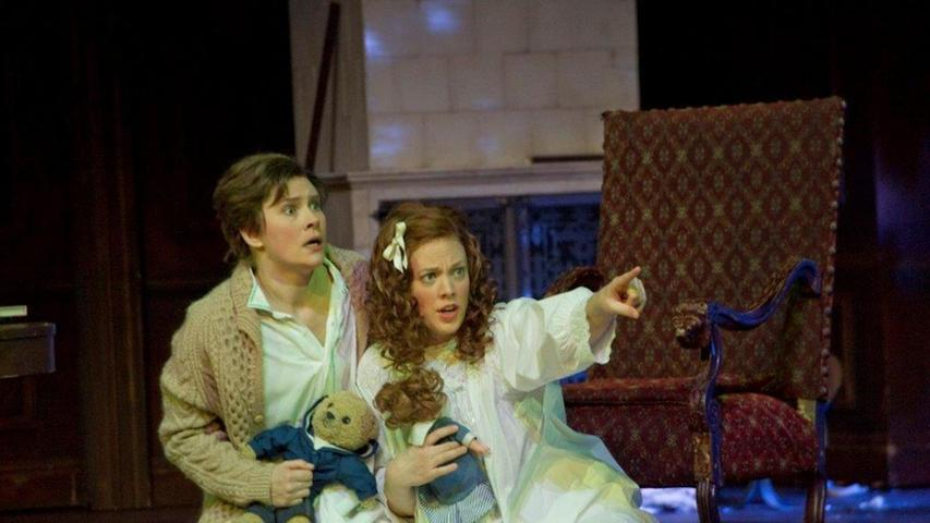 """Irina Maltseva (links) als Hänsel in der aktuellen Produktion von """"Hänsel und Gretel"""" am Nürnberger Staatstheater. Zum Gesang kam sie eher zufällig, durch einen Workshop, zuvor hatte sie sieben Jahre lang getanzt. Doch rasch zeigte sich nun ihre wahre Berufung."""