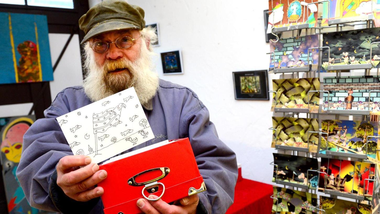 Roland Epper mit einer seiner 5000 Rohzeichnungen, die er fein säuberlich in Karteikästchen aufbewahrt.