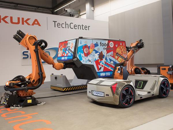 Geht ganz schnell: Roboter übernehmen den Austausch der Aufbauten.