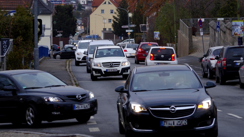 Speziell im Berufsverkehr geht es in der Ortsdurchfahrt in Cadolzburg hoch her. Die Staatsstraße in eine Gemeindestraße umzuwidmen, so ein Vorschlag, könnte Entwicklungsmöglichkeiten bieten