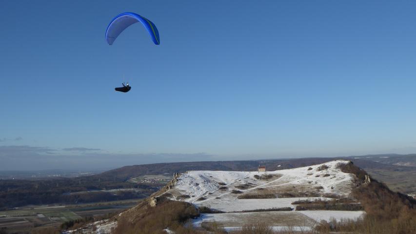 Auch im Winter ein Genuss: Paragliding am leicht verschneiten Walberla.