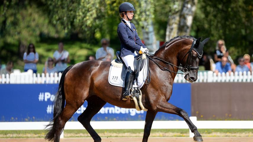Mannschafts-Europameisterin in der Pony-Dressur und Mitglied des Bayernkaders der Dressurreiterinnen der S-Klasse. Hier geht's zum Portrait