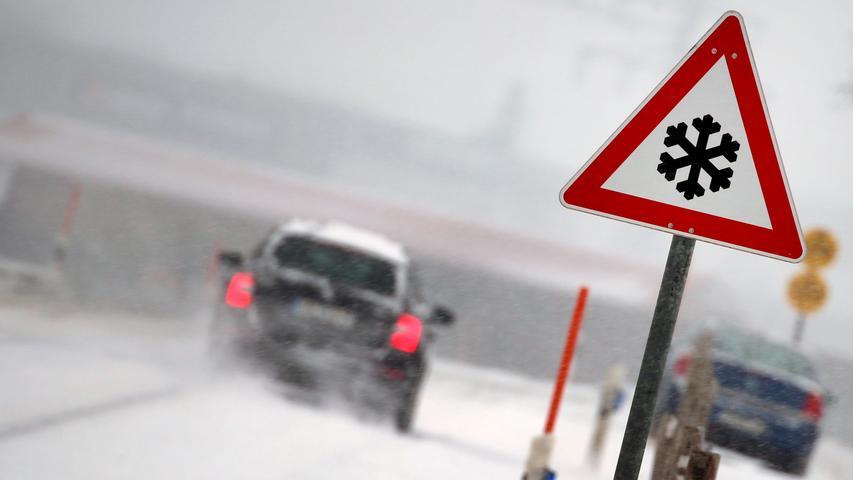 Dass hier mit Schnee- oder Eisglätte gerechnet werden muss, wissen die Autofahrer in Ruderatshofen wohl auch ohne Verkehrsschild.