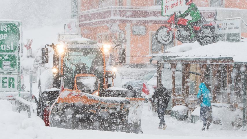 Nicht nur Autobahnen müssen vom Schnee befreit werden. Auch auf der Straße einer Raststätte in Sankt Martin am Grimming zieht ein Räumfahrzeug seine Runden.