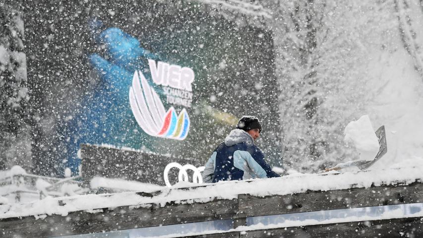 Der viele Schnee in Bischofshofen bringt den Zeitplan der Vierschanzentournee durcheinander. Auf der Paul Ausserleitner-Schanze arbeiten Helfer unermüdlich daran, Herr über die Schneemasse zu werden. Doch der anhaltende Schneefall macht daraus eine Sisyphusarbeit.