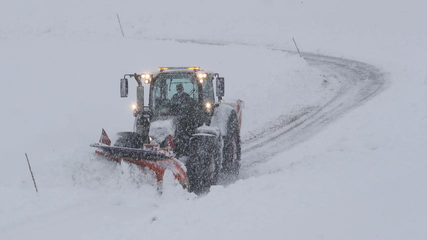 Derweil fährt ein Räumfahrzeug durch Henndorf und sorgt für weitesgehend freie Straßen. Doch lange dürfte es nicht dauern, bis der anhaltende Schneefall sie wieder bedeckt hat.