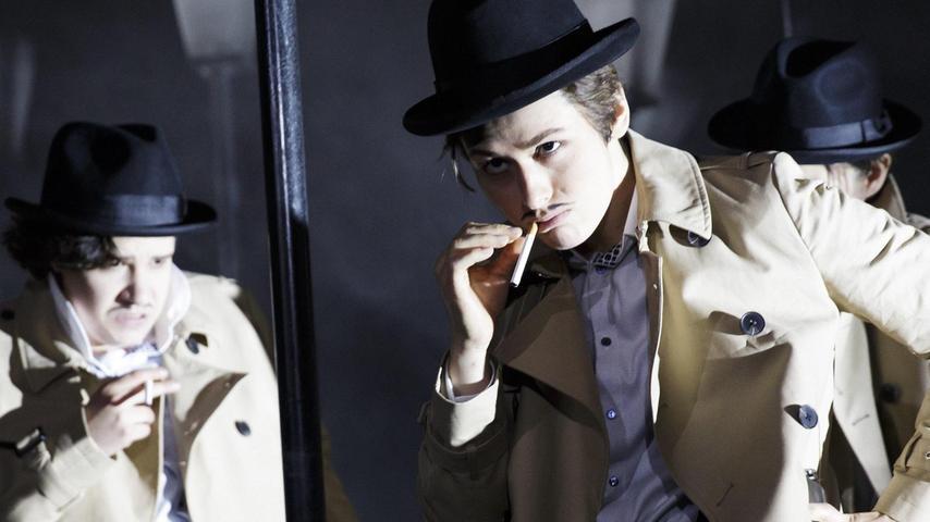 """Mit Hut und Zigarette: Süheyla Ünlü in dem Stück """"Der Zorn der Wälder"""", das in den Kammerspielen läuft. Die Schauspielerin wurde 1990 in Berlin geboren. Von 2014 bis 2018 studierte sie Schauspiel an der Hochschule für Musik, Theater und Medien Hannover."""