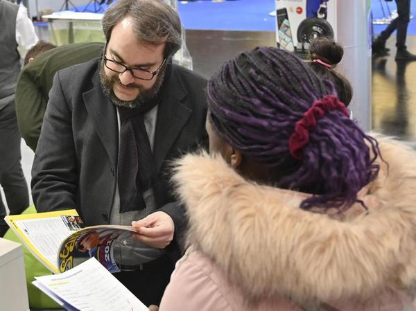 Verlagsleiter Andreas Bund blättert in berufskundlichen Schriften, die Meramo vielfach im Auftrag der Bundesagentur für Arbeit herausgibt.