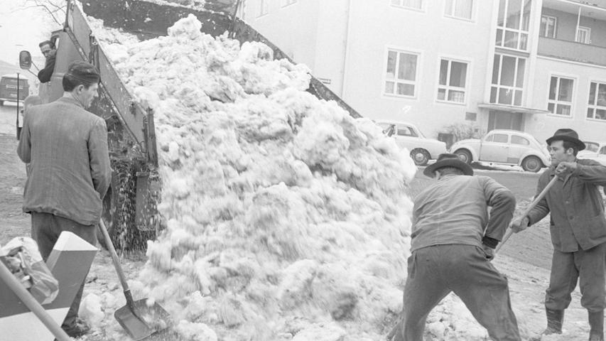 Großer Krafteinsatz ist nötig, um die festgefrorene Schneedecke aufzuschlagen (links). Die freigewordenen Schollen werden zu einem hohen Schneeberg aufgeschüttet, den Lastwagenfahrer in einem pausenlosen Einsatz abtragen. Ziel ist meist der Kanalhafen. Hier geht es zum Kalenderblatt vom 10. Januar 1969: Bald ist die Stadt vom Eis befreit.