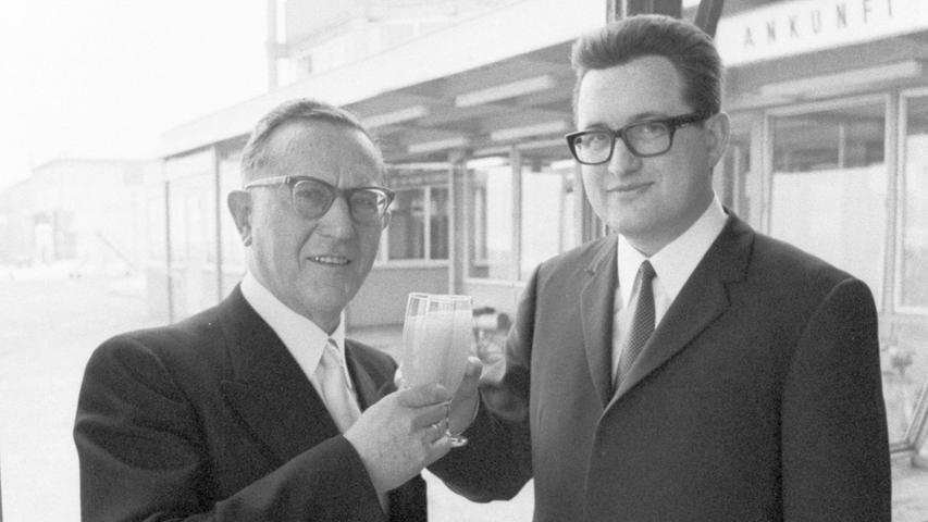 Abschied und Neubeginn im Schatten des Towers: Hermann Götz (links) stößt mit seinem Nachfolger Dr. Ludwig Hoffmann auf eine glückliche Zukunft des Flughafens an. Hier geht es zum Kalenderblatt vom 11. Januar 1969: Viel mehr Passagiere