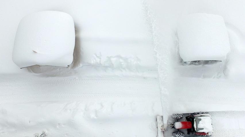 Der Winter hält die Alpenregion fest im Griff. In weiten Teilen Österreichs und Bayerns sind in den letzten Tagen erhebliche Massen Schnee gefallen. Die Bilder beeindrucken, doch die Situation ist in vielen Orten äußerst angespannt.