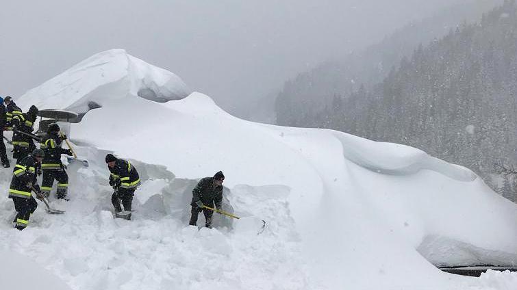 In der Gemeinde Pölstal müssen Feuerwehrleute ein Dach räumen, das unter den schweren Schneemassen einzustürzen droht.