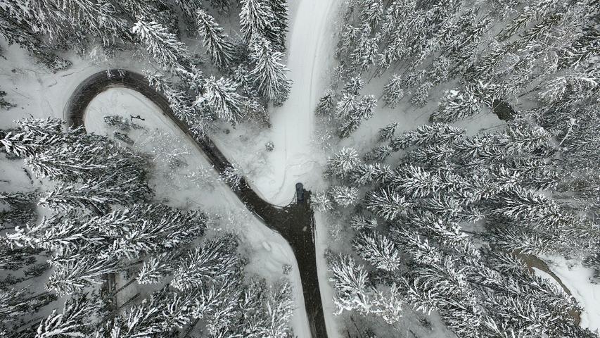 In vielen Regionen der Alpenrepublik herrschte weiterhin die zweithöchste Lawinenwarnstufe. Viele Straßen sind gesperrt.