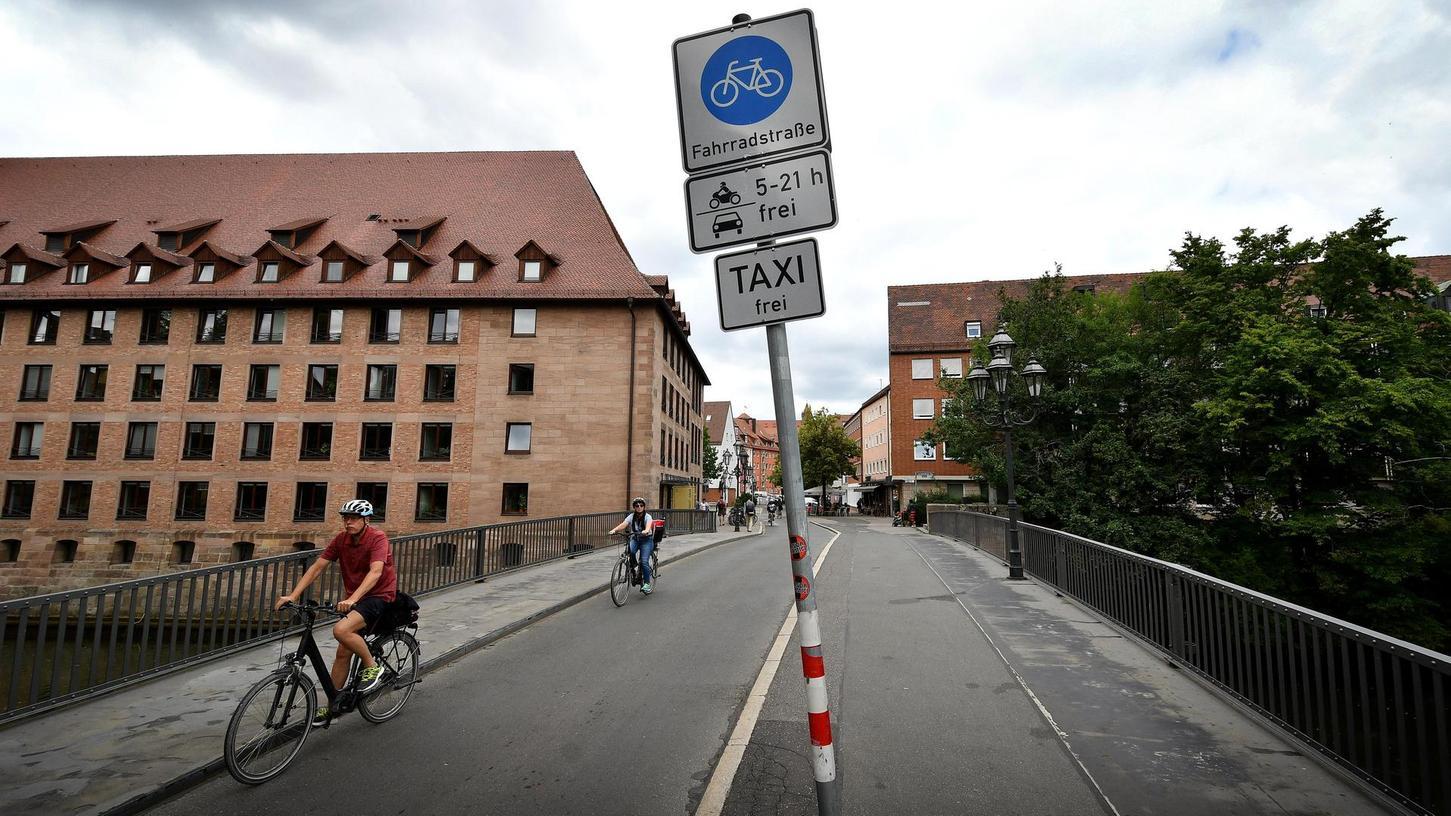 Seit Frühjahr 2004 gibt es in Nürnberg eine offiziell ausgewiesene Fahrradstraße: Sie führt in der Altstadt am Rand der Insel Schütt von der Spitalgasse über die Spitalbrücke. Hier genießen Radler Vorrang, weshalb Autofahrer langsam unterwegs sein müssen. Eine Voraussetzung für die Ausweisung war damals ein hoher Anteil der Verkehrsteilnehmer, die hier mit dem Fahrrad unterwegs sind.