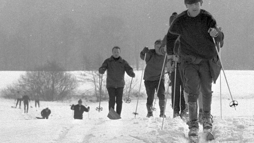 Diszipliniert bergauf in der Loipe: zahlreiche Hobby-Wintersportler nutzten das winterliche Gefilde. Hier geht es zum Kalenderblatt vom 13. Januar 1969: Sie kamen, wachsten und siegten.