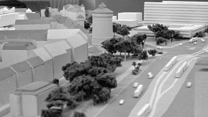 Zu wuchtig werde der OPD-Neubau am Rathenauplatz (oben rechts) ausfallen und damit die Umgebung mit der Stadtmauer (in der Bildmitte der Laufertorturm) und den künftigen Fakultätsgebäuden (oben links) beeinträchtigen. Die SPD will deshalb über die Regierung von Mittelfranken den Landesbaukunstausschuß zu einer fachkundigen Begutachtung eingeschaltet sehen. Hier geht es zum Kalenderblatt vom 14. Januar 1969: Neues Gutachten über OPD-Bau.