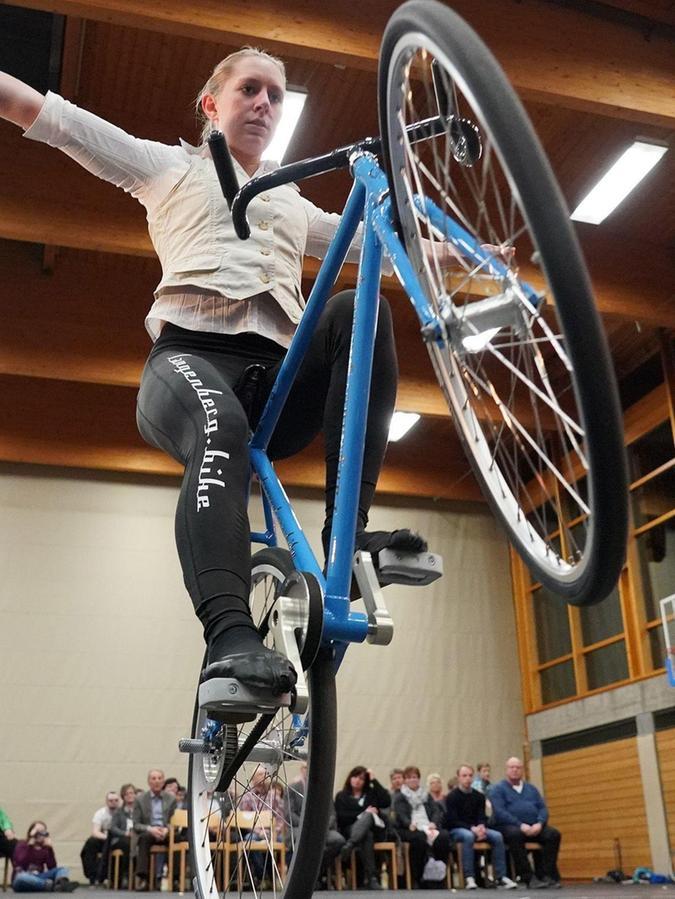 Eine Bereicherung für jede Sportgala ist Milena Slupina. Zum vierten Mal wurde die mit höchsten Auszeichnungen dekorierte Kunstradfahrerin des TSV Bernlohe im Landkreis zur Sportlerin des Jahres gewählt.Archiv: Salvatore Giurdanella