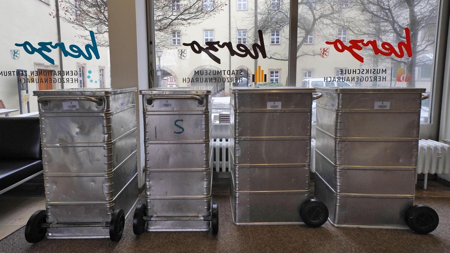 """In rollende Container wird zurzeit das gesamte Rathaus-Inventar gepackt, das mit auf die Tour ins frühere Puma-Hauptverwaltungsgebäude geht. Die Firma Lauer """"Euromoves"""" aus Nürnberg setzt den Umzug technisch um."""