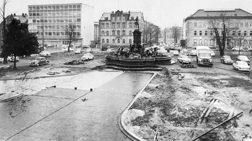 So sah der heutige Willy-Brandt-Platz in den 1960er-Jahren aus, als er noch Marienplatz hieß. Im Hintergrund rechts steht das