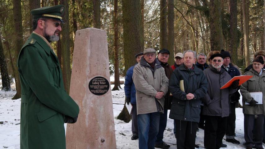 Wolfram Castorph, Chef der früheren Polizeidirektion Schwabach, weiht im Januar 2005 den restaurierten Obelisken im Reichswald bei Fischbach ein. Unbekannte hatten den Stein, der an Ludwig Weber erinnert, zerstört.