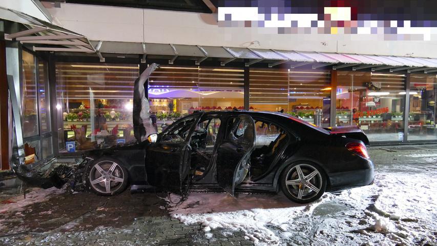 Autofahrer verliert Kontrolle und kracht in Nürnberger Restaurant