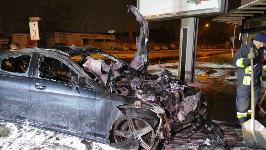In der Nacht zu Samstag (12.01.2019) krachte in Nürnberg der Fahrer eines Mercedes gegen ein Restaurant. Der Mann war auf der Leyher Straße in Richtung Fürth unterwegs, als er aus bislang ungeklärter Ursache nach rechts von der Fahrbahn abkam und die verglaste Front des Restaurants rammte. Nach dem Aufprall fing das Auto Feuer und stand bei Eintreffen der Feuerwehr in Vollbrand. Der Fahrer konnte sich selbst befreien und wurde verletzt. Nach den Löscharbeiten sicherte die Feuerwehr das Gebäude, da einige Glasscheiben zu Bruch gegangen waren. Foto: NEWS5 / Oßwald Weitere Informationen... https://www.news5.de/news/news/read/14721