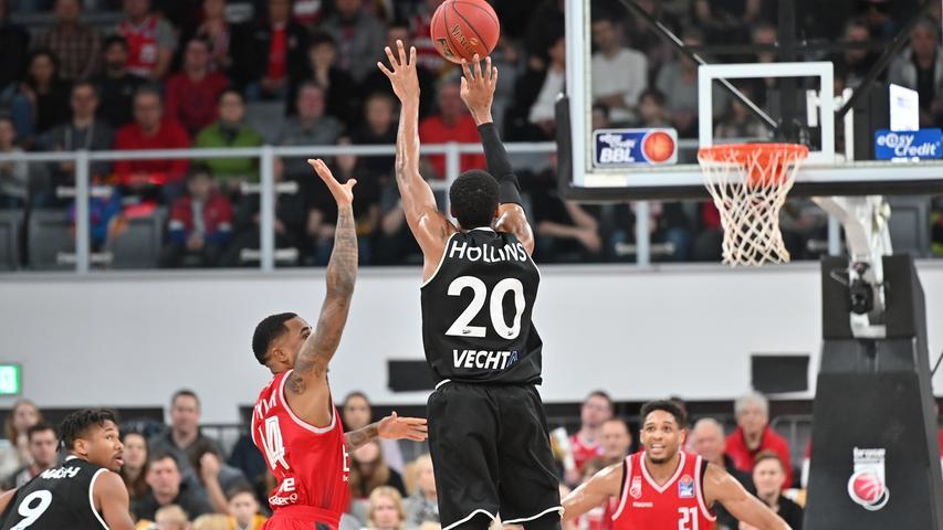 12.01.2019 --- Basketball --- Bundesliga ---Saison 2018 2019 --- 10. Spieltag: Brose Bamberg - Rasta Vechta --- .Austin Hollins (20, Rasta Vechta) wirft Dreier gegen Bryce Taylor (44, Brose Bamberg) und Augustine Rubit (21, Brose Bamberg)..--- Foto: Sport-/Pressefoto Wolfgang Zink / HMI --- ......