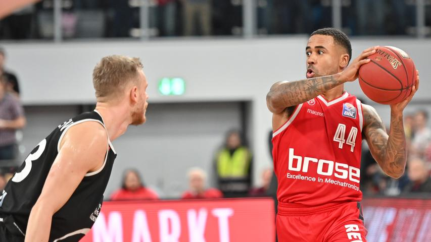 12.01.2019 --- Basketball --- Bundesliga ---Saison 2018 2019 --- 10. Spieltag: Brose Bamberg - Rasta Vechta --- .Bryce Taylor (44, Brose Bamberg) gegen Robin Christen (33, Rasta Vechta)..--- Foto: Sport-/Pressefoto Wolfgang Zink / HMI --- ......