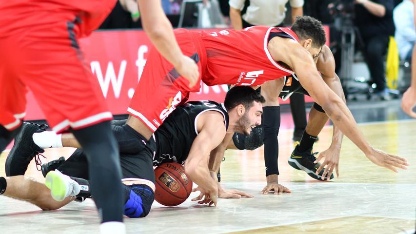 12.01.2019 --- Basketball --- Bundesliga ---Saison 2018 2019 --- 10. Spieltag: Brose Bamberg - Rasta Vechta --- .Augustine Rubit (21, Brose Bamberg) gegen Maximilian DiLeo (3, Rasta Vechta)..--- Foto: Sport-/Pressefoto Wolfgang Zink / HMI --- ......