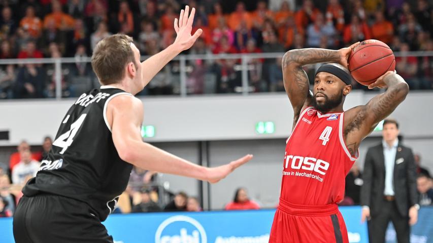 12.01.2019 --- Basketball --- Bundesliga ---Saison 2018 2019 --- 10. Spieltag: Brose Bamberg - Rasta Vechta --- .Tyrese Rice (4, Brose Bamberg) gegen Philipp Herkenhoff (14, Rasta Vechta)..--- Foto: Sport-/Pressefoto Wolfgang Zink / HMI --- ......