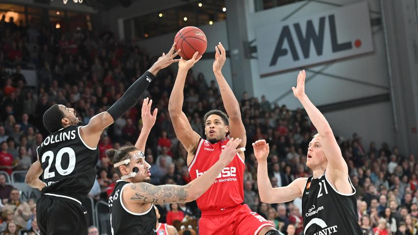 12.01.2019 --- Basketball --- Bundesliga ---Saison 2018 2019 --- 10. Spieltag: Brose Bamberg - Rasta Vechta --- .Augustine Rubit (21, Brose Bamberg) gegen Austin Hollins (20, Rasta Vechta) und Michael Kessens (6, Rasta Vechta)...--- Foto: Sport-/Pressefoto Wolfgang Zink / HMI --- ......