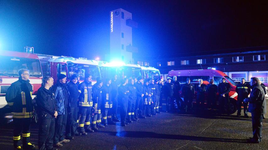 Die Erlanger Feuerwehr brach am Sonntagmorgen auf, um bei der Schneekatastrophe in Südbayern Hilfe zu leisten. Stadtbrandrat Friedhelm Weidinger (r.) verabschiedete die 35 Männer und Frauen..Foto: Klaus-Dieter Schreiter
