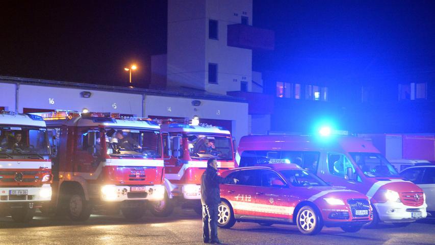 Die Erlanger Feuerwehr brach am Sonntagmorgen auf, um bei der Schneekatastrophe in Südbayern Hilfe zu leisten. Stadtbrandrat Friedhelm Weidinger verabschiedete die 35 Männer und Frauen..Foto: Klaus-Dieter Schreiter