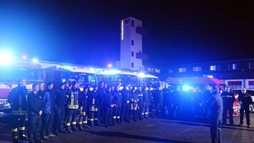 Die Erlanger Feuerwehr brach am Sonntagmorgen auf, um bei der Schneekatastrophe in Südbayern Hilfe zu leisten. Stadtbrandrat Friedhelm Weidinger (3.v.r.) verabschiedete die 35 Männer und Frauen..Foto: Klaus-Dieter Schreiter