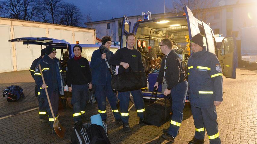 Das Erlanger brach am Sonntagmorgen ebenfalls auf, um bei der Schneekatastrophe in Südbayern Hilfe zu leisten. Schneeschieber gehörten auch mit zum Gepäck..Foto: Klaus-Dieter Schreiter