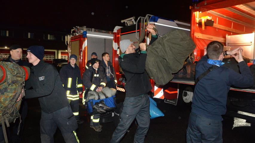 Die Erlanger Feuerwehr brach am Sonntagmorgen auf, um bei der Schneekatastrophe in Südbayern Hilfe zu leisten. Viel Gepäck hatten die 35 Männer und Frauen dabei, das auf einen LKW verladen wurde..Foto: Klaus-Dieter Schreiter