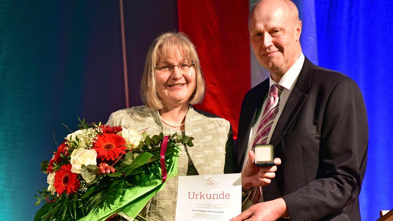 Die Ehrenspange der Stadt erhielt aus den Händen von Bürgermeister Gerald Brehm die Vorsitzende des Freundeskreises Höchstadt-Castlebar, Dagmar Wennmacher.