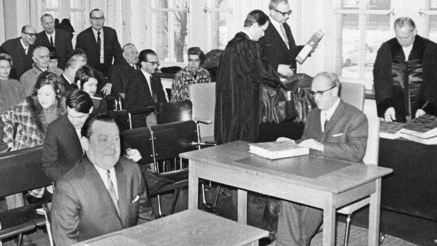Blick in den Gerichtssaal: im Vordergrund links der Zeuge Konsul Dr. h. c. Max Grundig, rechts der Angeklagte Josef Schäfer. Hier geht es zum Kalenderblatt vom 16. Januar 1969: Sensation blieb aus.