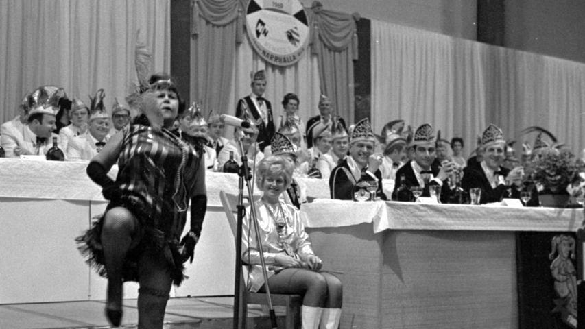 Turbulent ging es in der Messehalle bei der europäischen Elf-Städte-Sitzung zu. Hier geht es zum Kalenderblatt vom 18. Januar 1969: Die Narrenzunft kam auf volle Touren.