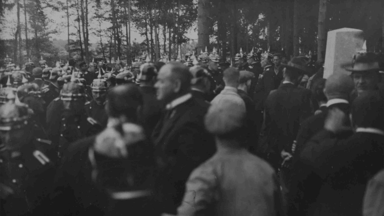 Unter großer Anteilnahme der Bevölkerung wurde der Gedenkstein für den ermordeten Vizewachtmeister Ludwig Weber 1926 am Fischbacher Eisweiher errichtet.