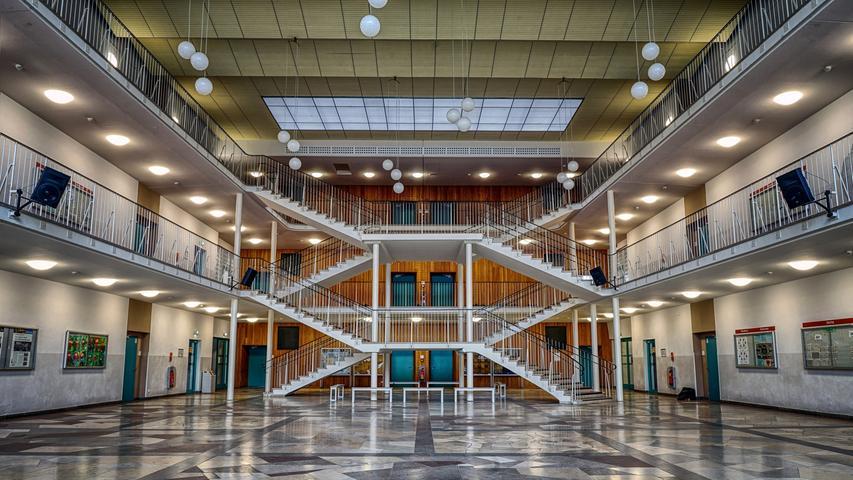 Nahezu perfekt symmetrisch sind Aula und Treppenhaus des Sigena-Gymnasiums gestaltet.